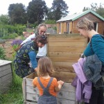 Sofie et Carlos, guides composteurs de Compostri, font découvrir les composteurs individuels au public