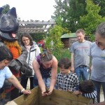 Rhino et Lila emmènent les enfants à la découverte du jardin et des composteurs