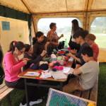 Construction d'une oeuvre collective à base de pompoms de laine avec la FMH